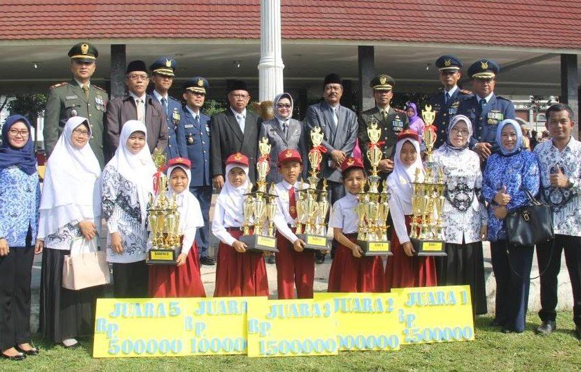 Upacara Hardiknas, Plt Bupati Subang Imas Beri Penghargaan Murid Berpreatasi