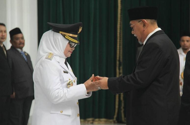 Imas Aryumningsih Resmi dilantik menjadi Bupati Subang Sisa Masa Jabatan 2013 - 2018.
