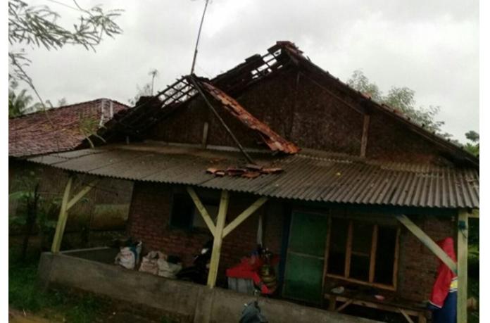 Angin Puting Beliung Hantam Belasan Rumah Warga Kadawung Subang