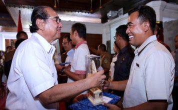 Bupati Gianyar Beri Penghargaan Wajib Pajak dan Petugas Penagih Pajak