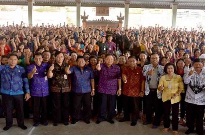 Walikota Denpasar Serahkan 851 SK Guru Plus 325 Kartu
