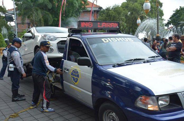 Dishub Denpasar Derek Satu Mobil Parkir Sembarang Di Denfest