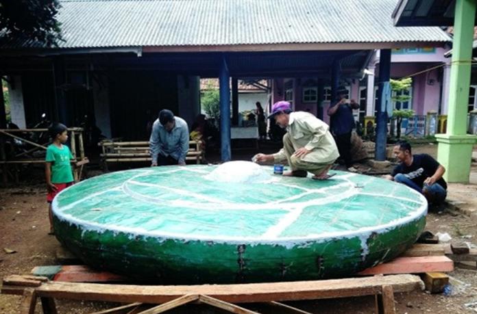 Mengukir Sejarah Kampungnya, Warga Dusun Cigoong Subang Buat Gong Raksasa