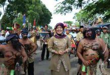 Nunik Lepas Peserta Karnaval HUT Desa Labuhan Ratu VI