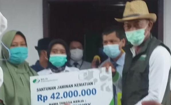 Bupati Subang Serahkan Dana Asuransi BPJS Ketenagakerjaan kepada Warga Rancaudik